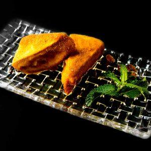 Crujiente de queso brie con salsa de naranja