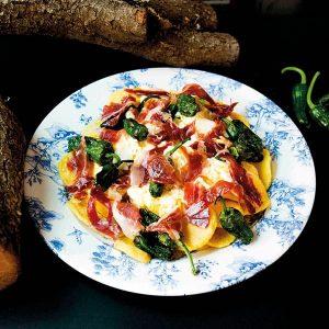 Huevos rotos con virutas de jamón Ibérico y pimientos de Padrón